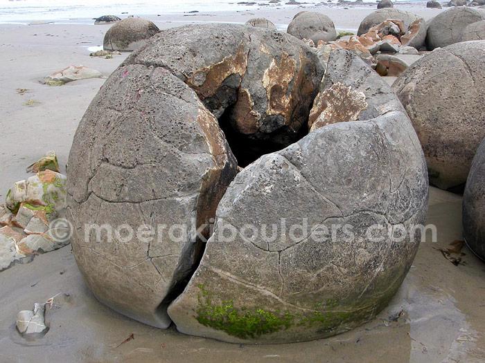 Moeraki boulders crack